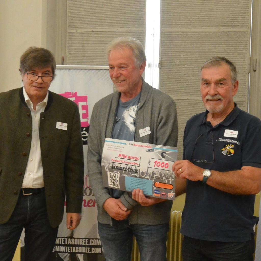 De gauche à droite : Emmanuel Ricard de la Ligue contre le Cancer et les deux lauréats représentant Ecaussystème